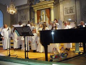 Änglakören med både barn och vuxna sjöng vid ett flertal tillfällen.