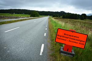 Under broreparationen stängs halva bron av och trafiken släpps på växelvis med trafikljus.