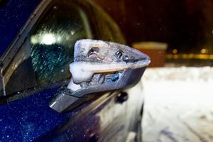 En man har frikänts från misstankarna om att ha kört på en annan man utanför en affär i Avesta. Bilens backspegel ska ha träffat fotgängaren. Obs: Bilden är tagen i ett annat sammanhang.