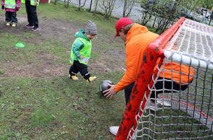 Liam Lövstrand försökte göra mål bakom burväktaren som hade hämtats in från närliggande Bobergsgymnasiet.