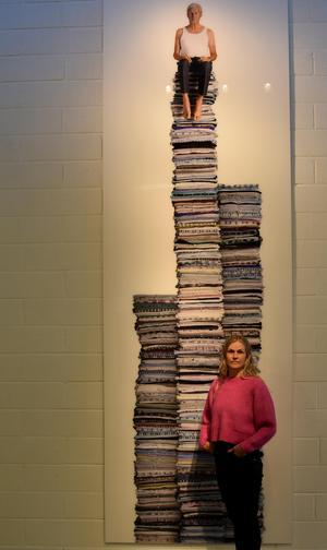Det krävdes ungefär 800 skjortor för att göra verket