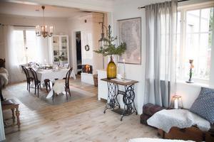 Bottenvåningen har gott om sällskapsutrymmen sedan utbyggnaden gjordes för några år sedan. Ett symaskinsunderrede fungerar som avlastningsbord och till jul pryds den av en bordsgran med enkel ljusslinga.