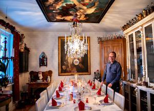 Sundsvallsmäklaren och samlaren Crister Sjöberg har dukat upp för stor julmiddag i den vackra matsalen. Här i mitten sitter han helst för att ha uppsikt över hur alla har det.