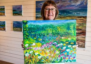 """""""Jag har stark kolorit"""" säger Margot Holst som målar många minnen från barndomens Härjedalen."""