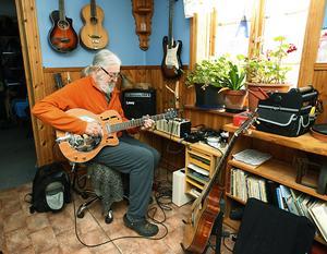 När Laban tar en paus i slöjdandet spelar han gitarr.