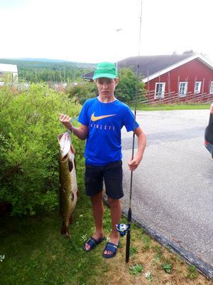 Milton Nissblad 13 år från Funäsdalen fick denna gädda vikt 6,4 kg i Rörsjön, Hedeviken.