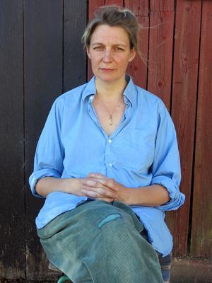 Konstnären och illustratören Ida Björs utmanar folkdräktens normer i ny utställning. Foto: Moa Lindstedt.