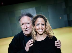 Ulf Dohlsten och Hanna Alem Davidson medverkar i pjäsen