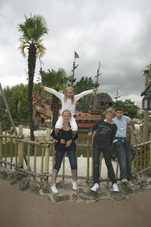 Testpatrullens medlemmar.  Isabel Eriksson med Stella Axelsson på axlarna, Mattias Knutsson och Sebastian Falk var klart nöjda med dagen på Disneyland.