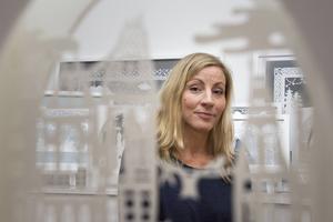 Petra Staav upptäckte papperskonsten för två år sedan. Därefter fylls så gott som varje ledig stund med att skära ut motiv som för tankarna till folklore och sagor.