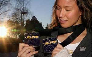 GULDTJEJ. Faluntjejen Jennifer Pettersson slog till dubbelt när öppna EM i brasiliansk jiu-jitsu avgjordes i Lissabon.foto: jörgen hjerpe