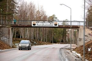 Till vänster om gångbron över Västeråsleden, sett om man kommer från riksväg 66, planeras ett nytt villaområde. Delar av skogsområdet mot Snickartorpsvägen ska omvandlas till 26 småhustomter. (arkivbild)