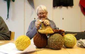Inger Arvidsson har färgat sitt eget garn. Ett par strumpor växer fram.