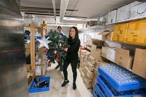 Jessica fick hjälp av systersonen Melvin att bära upp den åretruntklädda julgranen från källaren under puben.