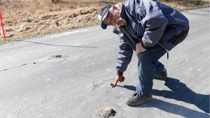 Hans Lundman fascineras av stolpen som skjuter upp ur asfalten med några års mellanrum.