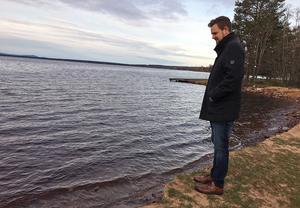 När Robin Layton vid kommunens mark- och planenhet tittar till stranden konstaterar han att erosionen gått snabbt den senaste tiden.
