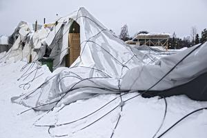 Lavinen på tältets kupoltak orsakade stora skador.
