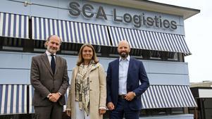Per Hidesten, Carina Håkansson och Mattias Dahl (från vänster) utanför SCA Logistics kontor i Tunadal.