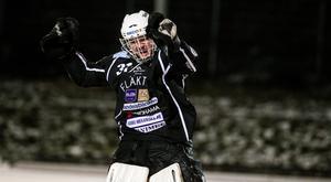 Adam Johansson fick inte jubla särskilt mycket i vintras – men här fick han i alla fall göra det när Robin Rebermark såg till att Västanfors tog säsongens första seger mot Katrineholm.