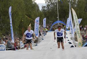 Staven är kastad, men knappast frivilligt. Det när Oskar Svenssons stav flyger i en båge i kampen om tredjeplatsen med klubbkompisen Johannes Engdahl.