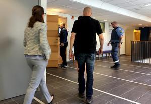 Nordfronts chefredaktör Martin Saxlind på väg in i rättssalen i Sundsvall.