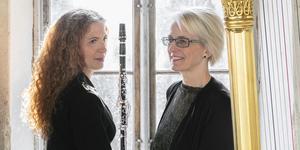 Clara Heinemann (harpa) och Lotta Pettersson Van den Poel (klarinett) spelar tillsammans i Pingstkyrkan i Södertälje (bilden är beskuren). Foto: Sofi Sykfont