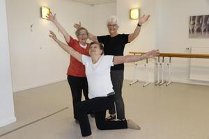 Det råder ingen tvekan om dansglädje, när seniorerna och Showdans 60+ poserar inför kvällens jubileumsföreställning. I förgrunden Berit Nordström, 80 år, bakom t v  Margareta Ahlström, 77 år, och t h Britta Gunnarsdotter Johansson, 81 år.