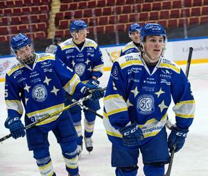 Marcus Karlberg, till höger, är tillbaka i Leksands IF efter utlåningen till allsvenska AIK. På bilden har han just firat ett mål i 9–2-krossen mot Brynäs tillsammans med bland andra Kevin Lindemann (längst fram till vänster i bild).