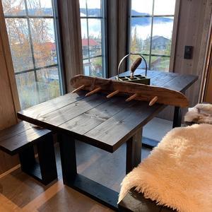 Foto: Radical Wood Bord och bänkar som är gjort till en kund i Björnen.