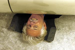 När Åkes fru kommer in i garaget är det oftast i den här vinkeln hon får prata med honom. Undersidan på Jaguaren är lika fin som övriga bilen.