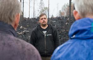 Henrik Simsson är den som med sitt bolag Jämtservice har skött efterbevaktning och trädsäkring i brandområdet i Enskogen.