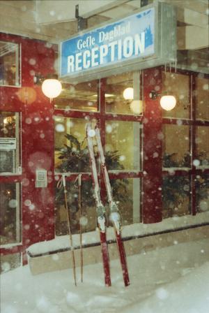 Gefle Dagblad trycktes men kunde inte distribueras under några dagar. Läsare åkte skidor till receptionen på Hattmakargatan för att hämta ett  exemplar. Några buntar  transporterades med skoter till affärer på stan.  Torsdagstidningen kunde delas ut till 90 procent av prenumeranterna. Bild: Lars Halvarsson