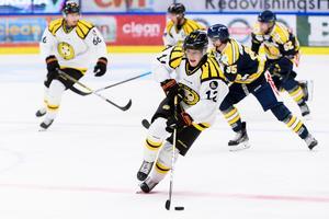 Samuel Asklöf gjorde bara ett mål i SHL förra säsongen. I träningsmatchen mot Södertälje blev han matchvinnare. Foto: Maxim Thoré / Bildbyrån