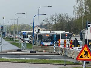 Örebro har fått en oerhört långsam trafik sedan vägombyggnaderna för den nya busstrafiken börjat.
