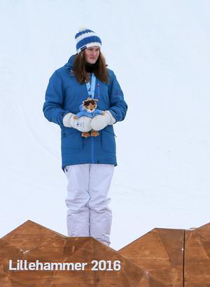 Elli Pikkujämsä på pallen i ungdoms-OS i Norge 2016, där hon tog silver i slopestyle och blev åtta i halfpipe. Ett år senare la hon ned tävlandet i snowboard för att i stället satsa fullt ut på fotbollen. Foto: Arnt Folvik/YIS/IOC