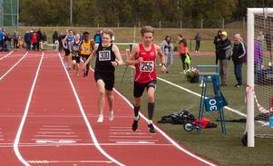 Filip Svahn från Sundsvall vann 800 meter i P17-klassen med 26 hundradelar till godo på Emil Tegenborg Sjöström från Umedalen.