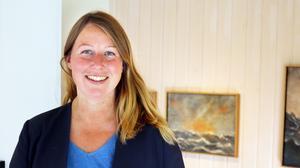 Hanna Eklund har bott i Sätrabrunn i ett år och är mycket nöjd med sitt beslut att lämna arbetet och storstaden Västerås. I bakgrunden hänger tavlor av Johnny Molton, som tillsammans med Björn-Owe Andersson ställer ut för närvarande. Hanna är uppväxt i Arboga.
