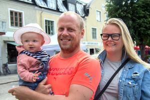 Helsingborgsborna Andreas Finnberg och Anna Mossberg firar sexårig bröllopsdag samma dag som Andreas springer halvmaratonloppet. Med på bilden är parets nio månader gamla dotter Edit.