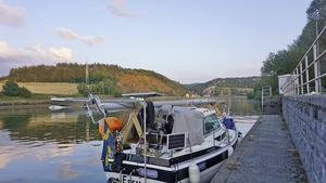 Foto: Familjen Sahlén. På kanalerna genom Europa fick de fälla masten på båten för att komma fram.