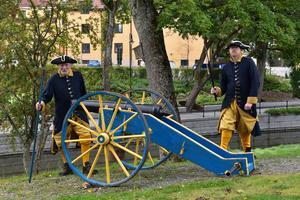 Bara kanonen mellan Per-Åke Jeansson (t.v.) och Charlie Jeansson (t.h.)  från föreningen Karolinerna väger drygt 300 kilo, och den drog soldaterna med sig ut i strid.