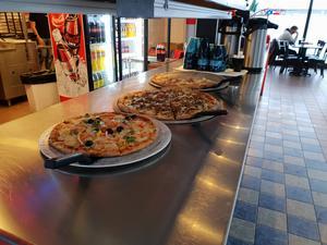 På American Pizza Place gäller det att vara på hugget innan pizzorna blir ljumna.