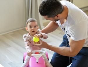 Ezmerey Bye Ahmadi tillsammans med sin dotter som fyller ett år i sommar.