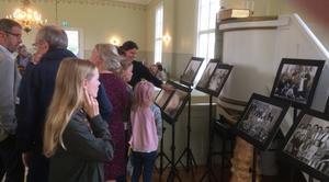 Både ung och gammal tittade på de gamla Öjungs-bilder som fanns utställda i kapellet. Fotograf: Sören Jonasson.