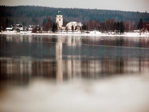 Var uppmärksam på skiftningar i isens utseende. Vanliga försiktig vid sund, under broar, nära tillflöden och vid råkar.