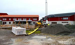 I mitten av oktober såg nya delen av Stora Skedvi skola och idrottshallen ut så här. Nu bjuds allmänheten in på en titt av det som är färdigt.