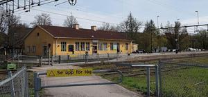 I maj är det farliga spårövergången vis Örebro södra utbytt mot en gångbro.