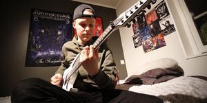 Theo Kumlin har tre elgitarrer förutom den första han fick som sjuåring.