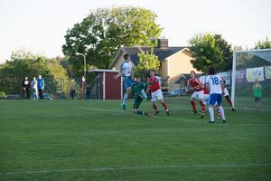 Vid 1–2-målet ville Svartvik ha med sig en frispark.