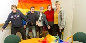 """Flera av de som kommit till HBTQ+ gruppen är transpersoner. En anledning till det är att de har svårt att bli accepterade i samhället, att det folk ser inte stämmer överens med det de hör. """"Hit kommer ett X-antal individer. De kan ställa frågor  och få inspiration. Här tar vi hand om varandra"""", säger Åsa Göransson, till höger i bild."""