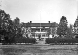 De som kan sin lokala historia vet att skomakeriet först öppnade på baksidan av Mora hotell. Arkivbilden är tagen av Berta Hallgren / Mora bygdearkiv.